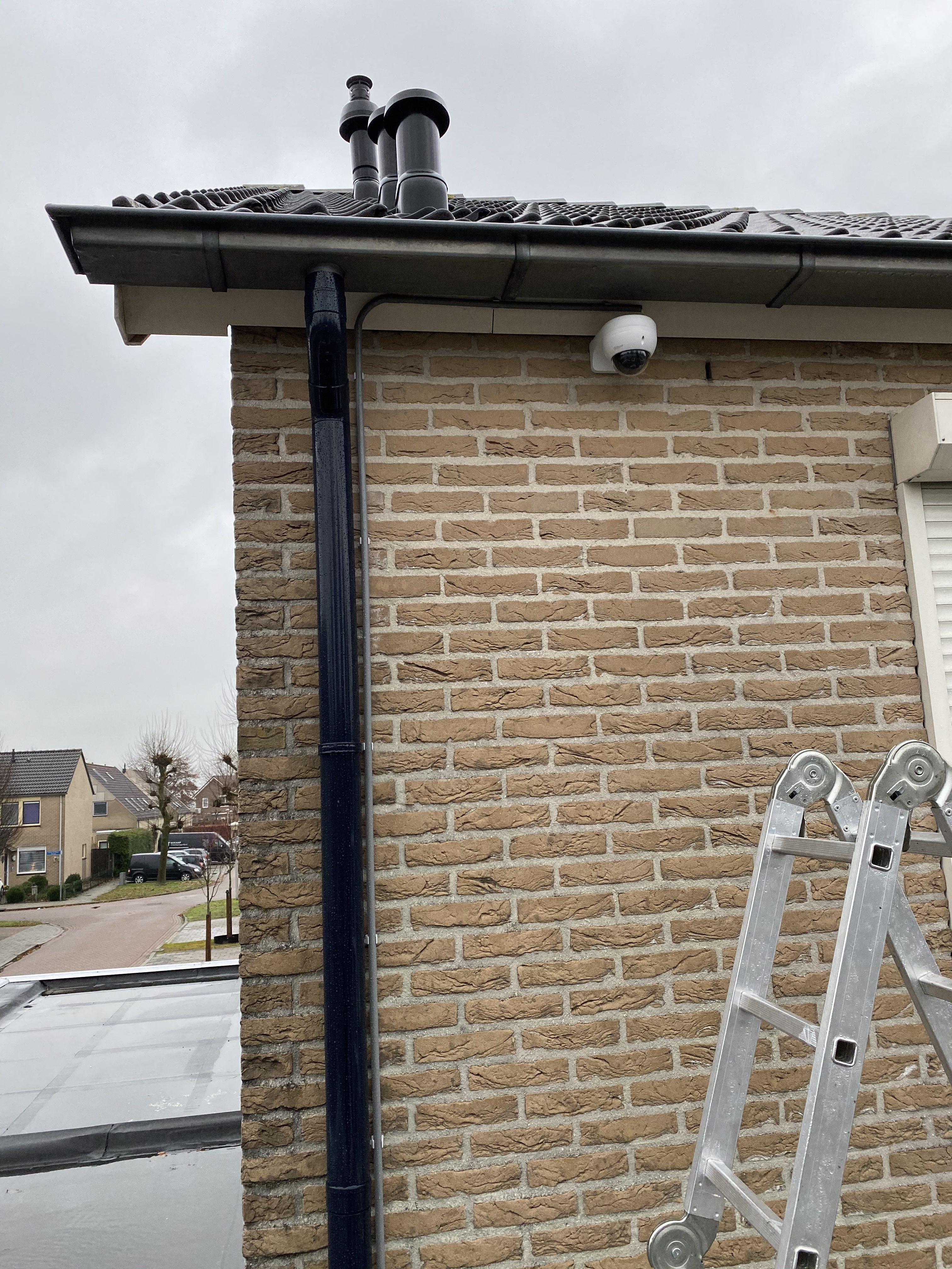Beveiligingscamera op beugel voor een woning
